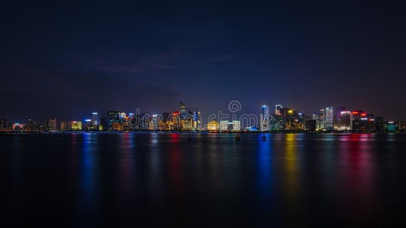 Lightbulbshow vid Qiantang River arkivbild