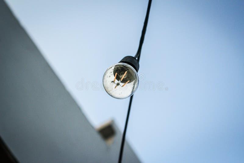 Lightbulp i himlen royaltyfria bilder