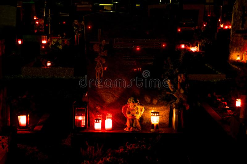 Lightend de pierre tombale par des bougies pendant la nuit photo libre de droits