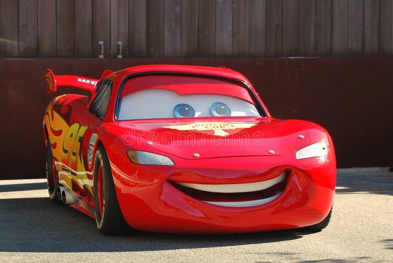 Lightening McQueen från de Pixar filmbilarna i en ståta på Disneyland, Kalifornien royaltyfria bilder