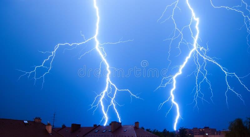 Lightings i en storm över staden royaltyfria bilder