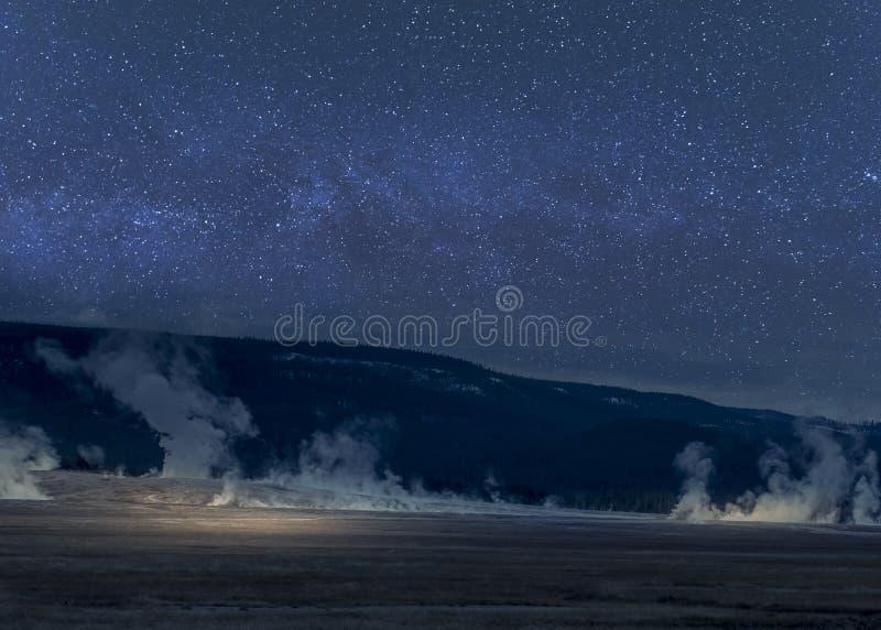 Lightpaint geysers Yellowstone κατά τη διάρκεια της νύχτας με το γαλακτώδη τρόπο στο υπόβαθρο στοκ φωτογραφία με δικαίωμα ελεύθερης χρήσης