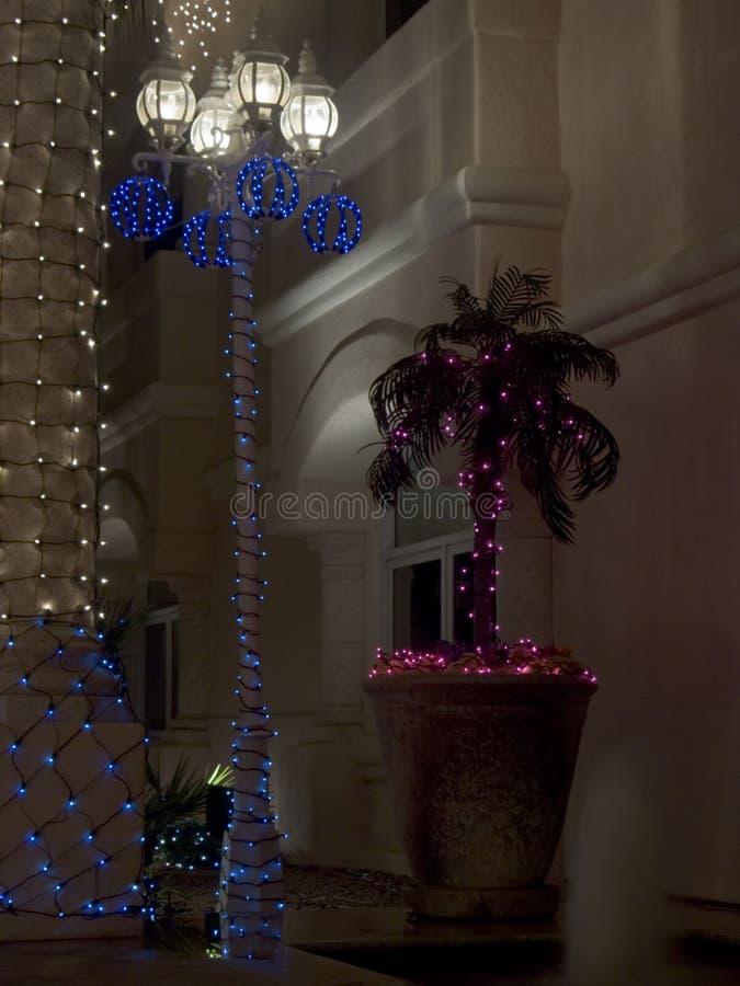Lightpost und Palmen-Weihnachten verziert stockfotos