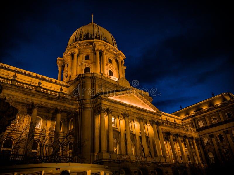 Lighty byggnad i de blåa timmarna, Buda slott, Ungern arkivfoton