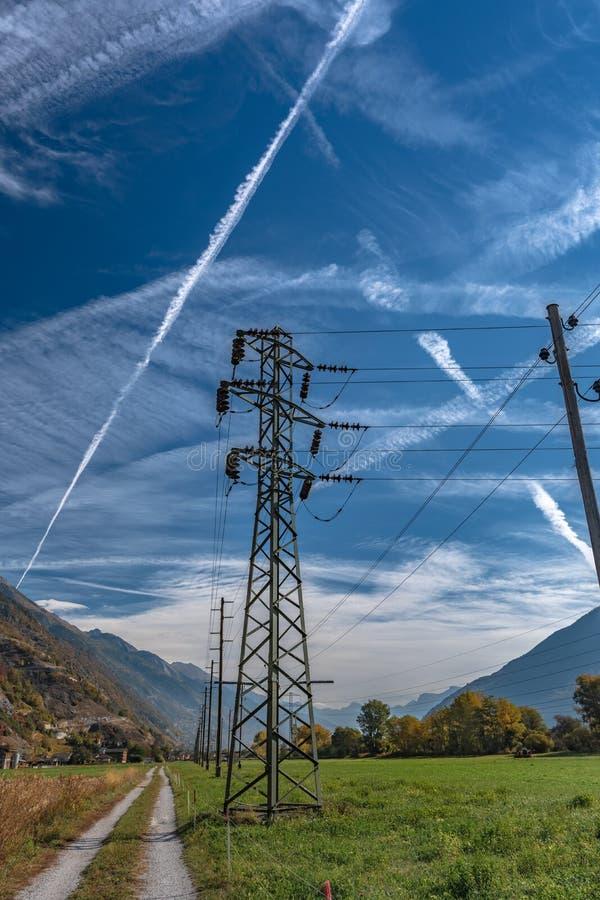 Ligne à haute tension de distribution de l'électricité image stock