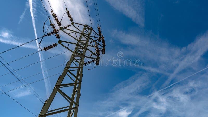 Ligne à haute tension de distribution de l'électricité photo libre de droits