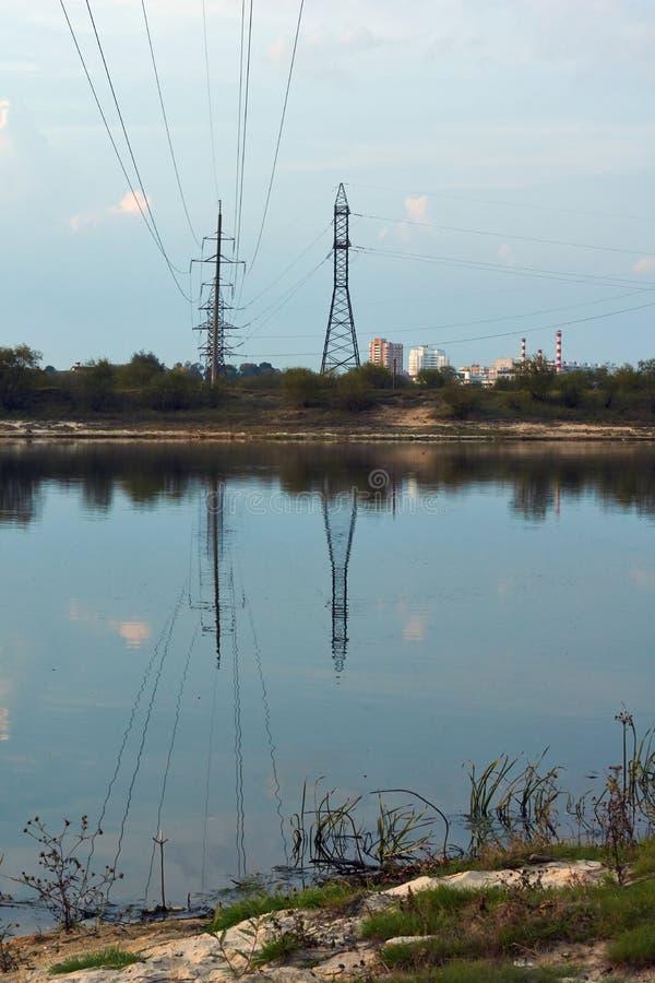 Ligne électrique au-dessus de la rivière images libres de droits
