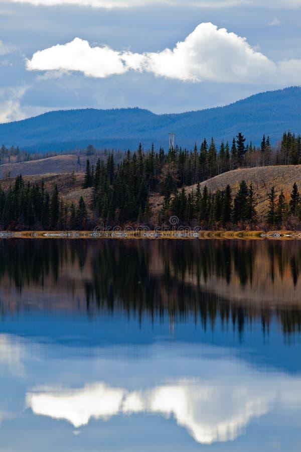 Ligne électrique au lac calme Yukon dans le défunt automne, Canada image libre de droits