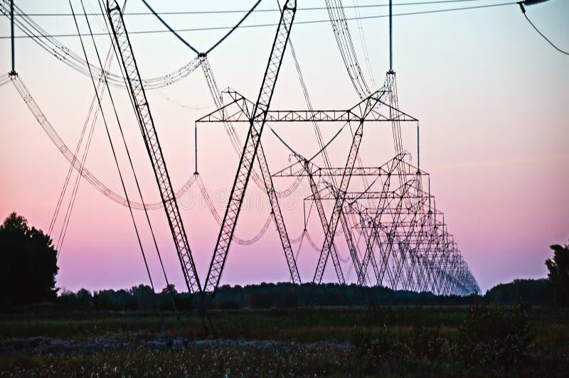 Ligne électrique de pylône et de boîte de vitesses photos stock