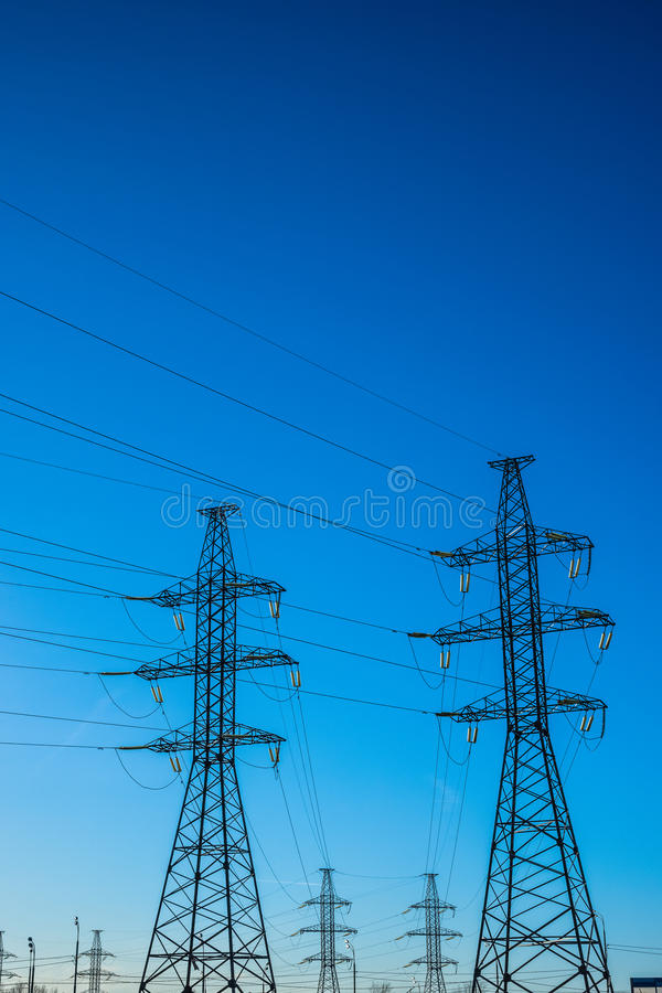 Ligne aérienne à haute tension de transport d'énergie (d'air) images stock