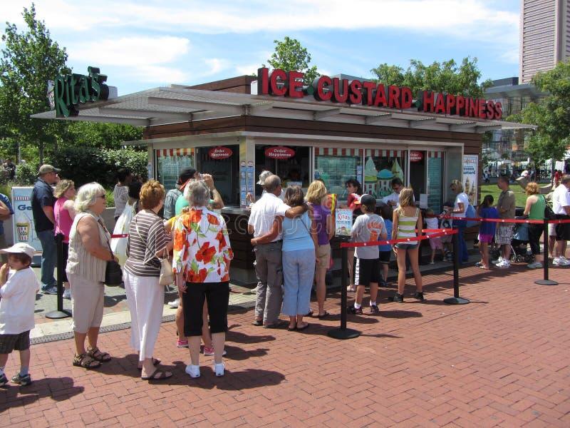 Ligne au stand de crème de glace photographie stock
