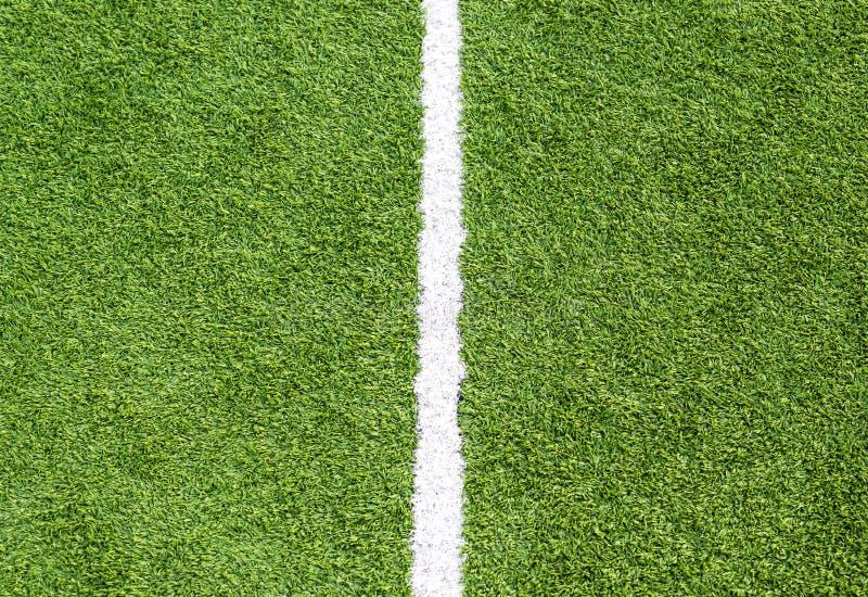 Ligne blanche sur l'herbe de terrain de football image stock