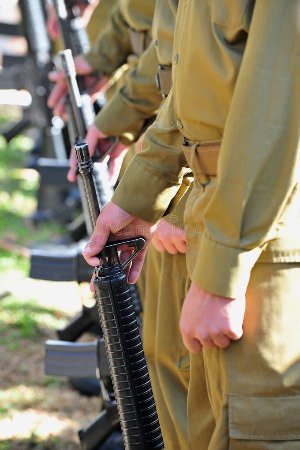 Ligne canons de soldats d'uniforme photo stock