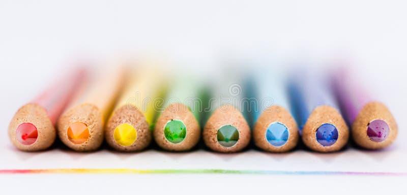 Ligne d'arc-en-ciel de crayon de couleur images libres de droits