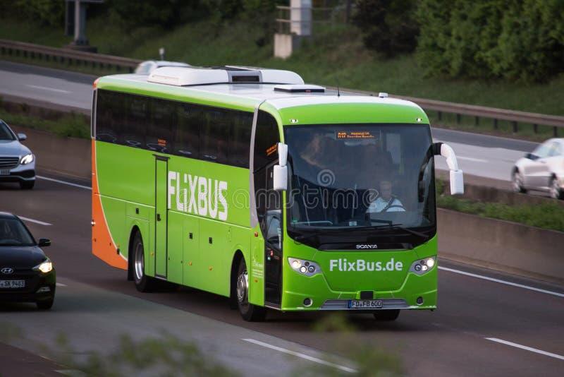 Ligne d'autobus allemande de flixbus sur la route a5 près de l'aéroport de Francfort Allemagne image stock