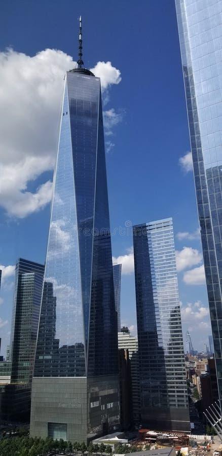Ligne d'horizon du Freedom Tower One World Trade Center sur les réflexions sur les nuages images libres de droits