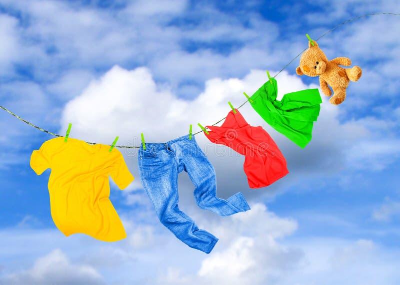 Ligne de blanchisserie avec les vêtements colorés images libres de droits