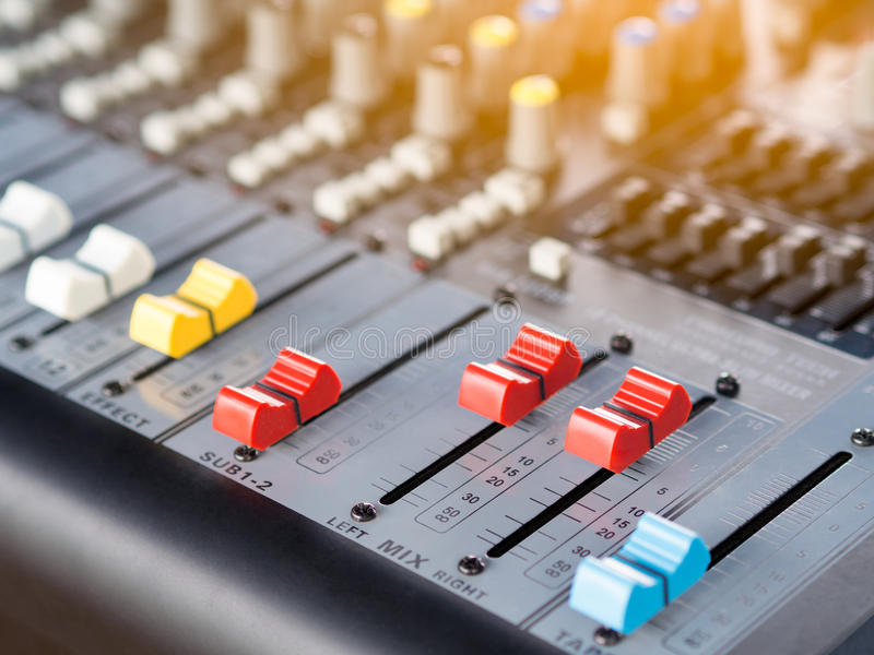 Ligne de bouton de console audio de mixeur son photos stock