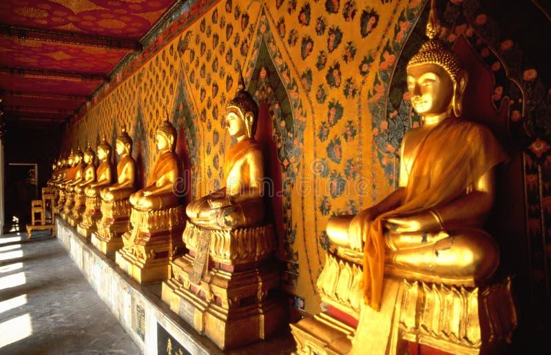 Ligne de Buddhas d'or dans le temple thaï images libres de droits
