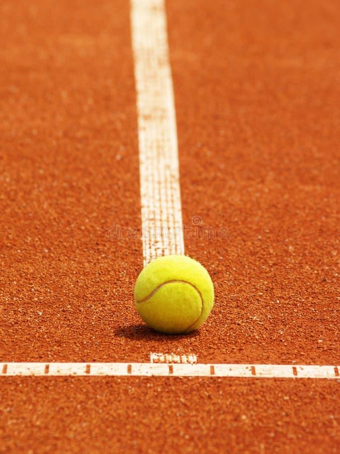 Ligne De Court De Tennis Avec La Bille Photos stock