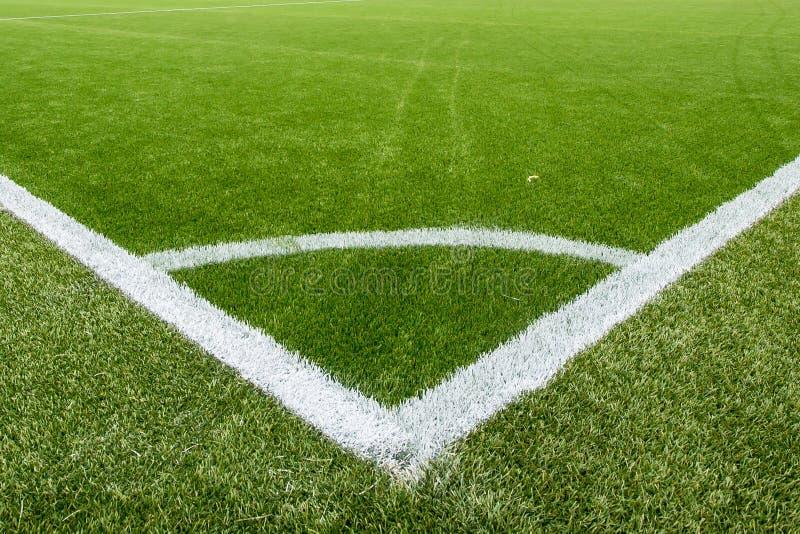 Ligne de craie faisante le coin sur le terrain de football artificiel de gazon photos stock