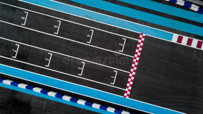 Ligne de début de course de grille dans une voie de voiture, vue supérieure aérienne de début de course de grille image stock