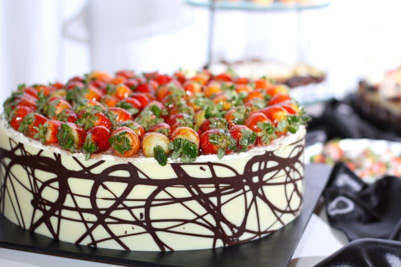 Ligne de la portion individuelle du strawb de petit morceau de desserts images libres de droits