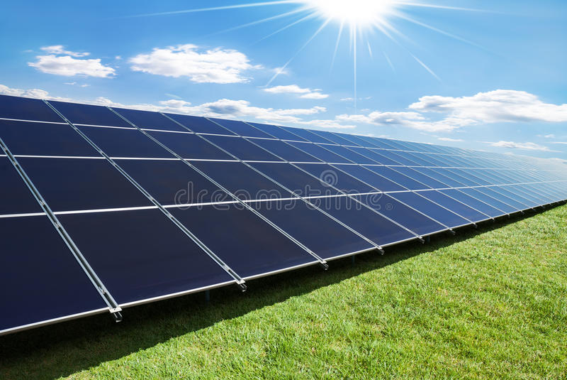Ligne de panneaux solaires photos stock