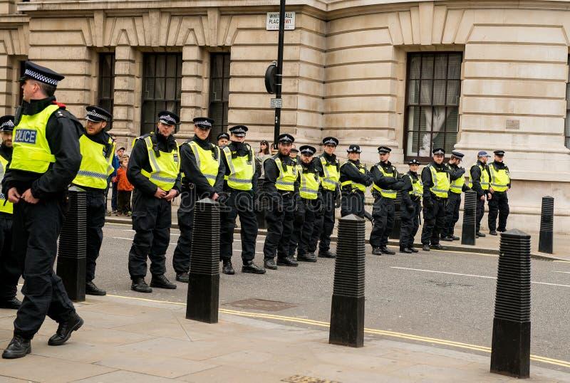 Ligne de police - protestation march - Londres photographie stock