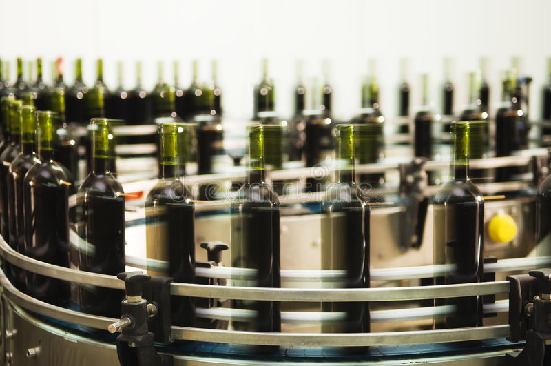 Ligne de remplissage de bouteilles photos stock