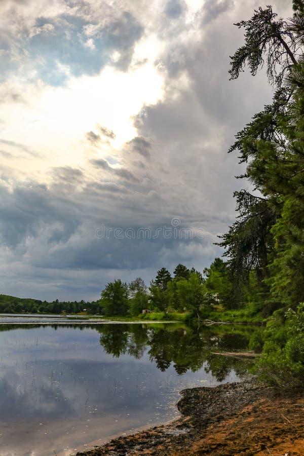 Ligne de rivage avec les nuages de tempête dramatiques photo stock