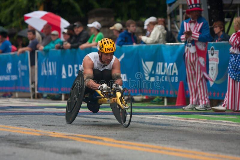 Ligne de Speeds Toward Finish d'athlète de fauteuil roulant d'épreuve sur route de Peachtree photos libres de droits
