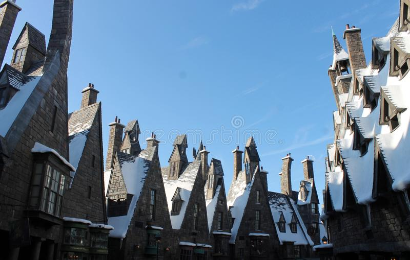 Ligne de toit de ville d'imagination en hiver images libres de droits