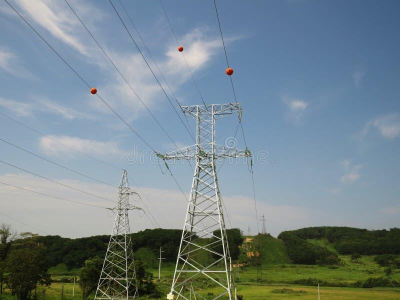 Ligne de transmission à haute tension de l'électricité équipée des marqueurs sphériques d'obsta photographie stock libre de droits