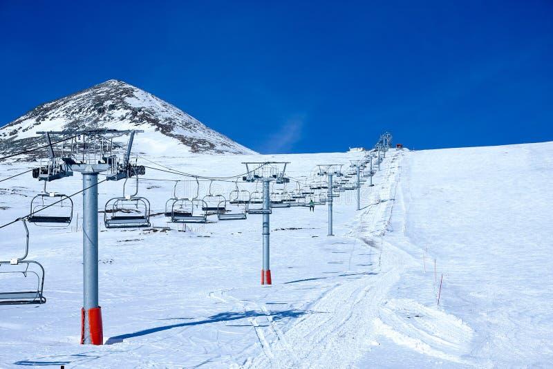 Ligne de transport de câble de station de sports d'hiver images stock
