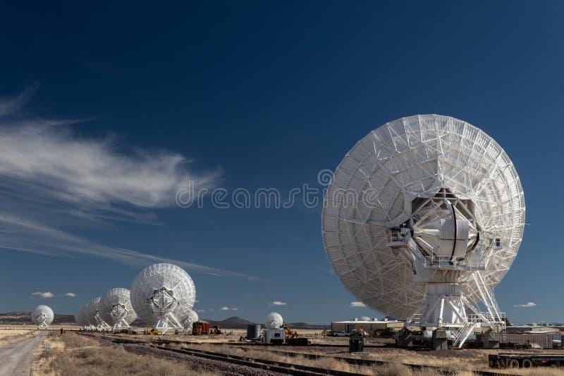 Ligne de Very Large Array des télescopes de radioastronomie vus de l'arrière, technologie de la science images stock