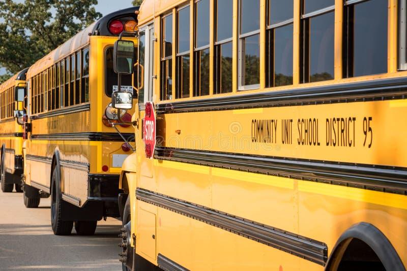 Ligne des autobus scolaires jaunes images libres de droits
