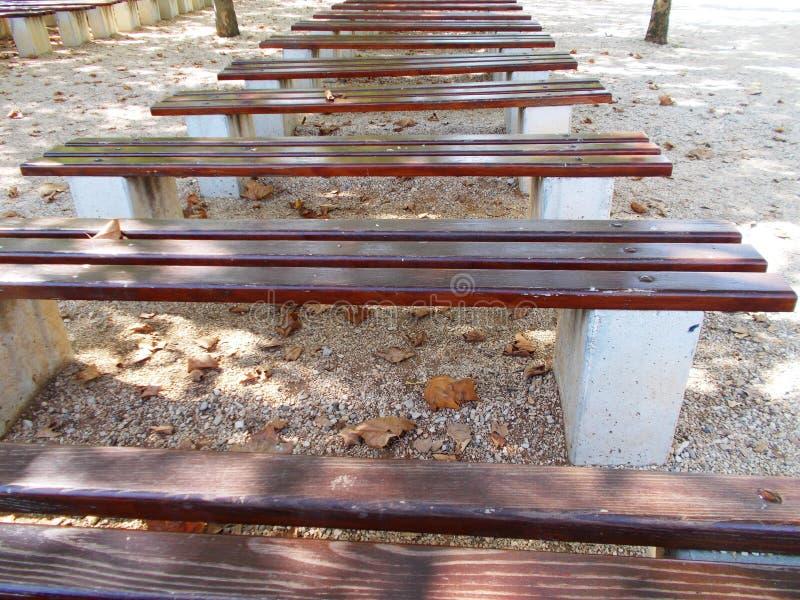 Ligne des bancs vides photographie stock libre de droits