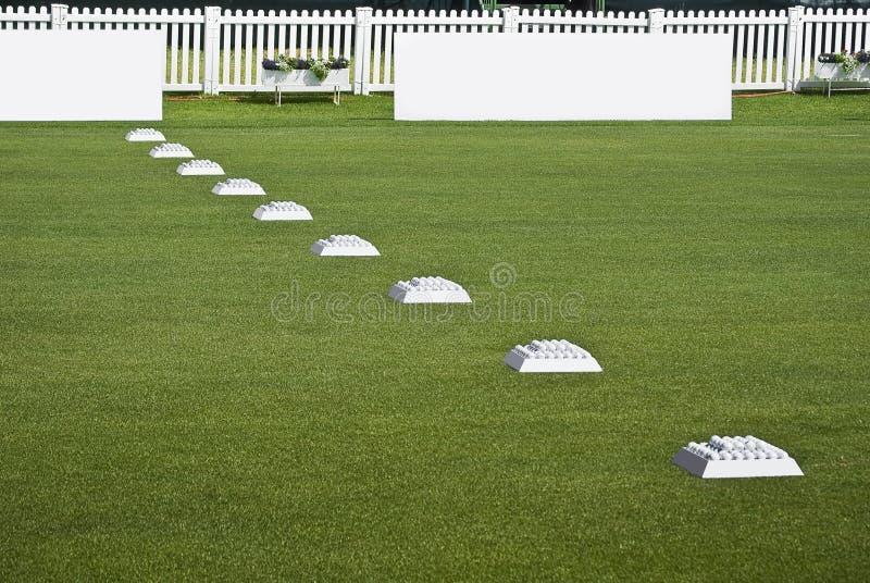 Ligne des billes de pratique, panneaux blanc de Signage photographie stock
