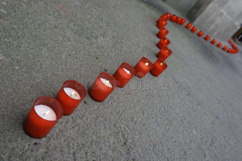 Ligne des bougies rouges images libres de droits
