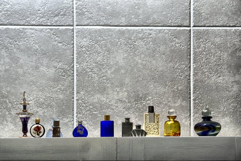 Ligne des bouteilles de parfum mignonnes photographie stock libre de droits