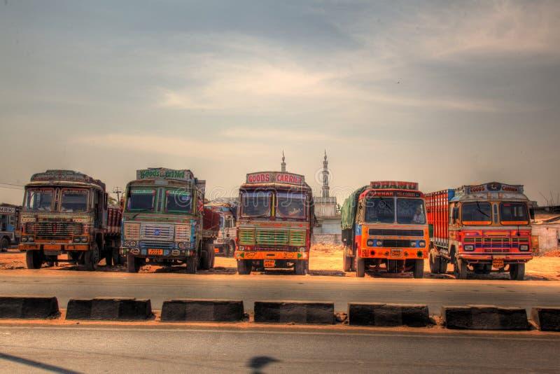 Ligne des camions décorés de cargaison images libres de droits