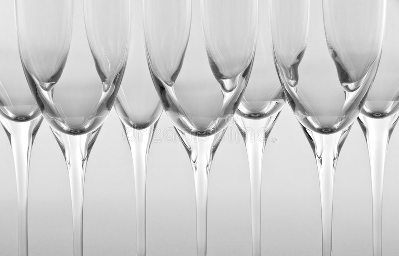 Ligne des cannelures de Champagne vides image stock