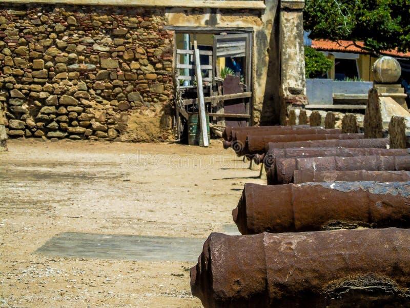 Ligne des canons dans un vieux château image libre de droits