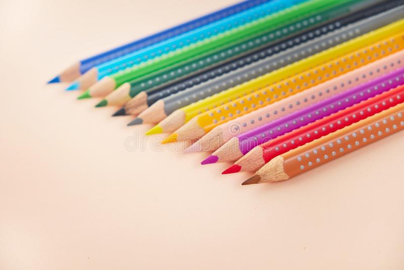 Ligne des crayons colorés, crayons de couleur images stock