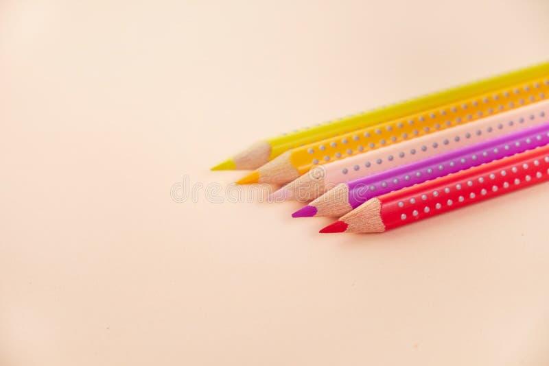 Ligne des crayons colorés sur le fond photo libre de droits