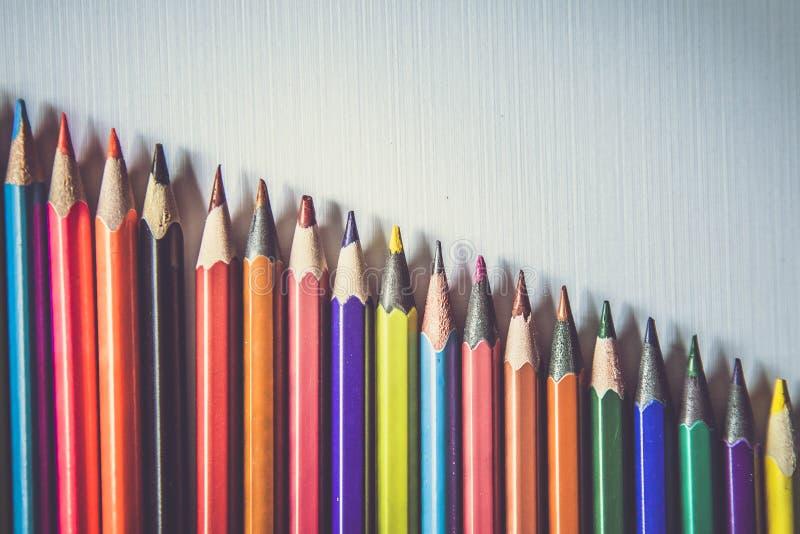 Ligne des crayons color?s image stock