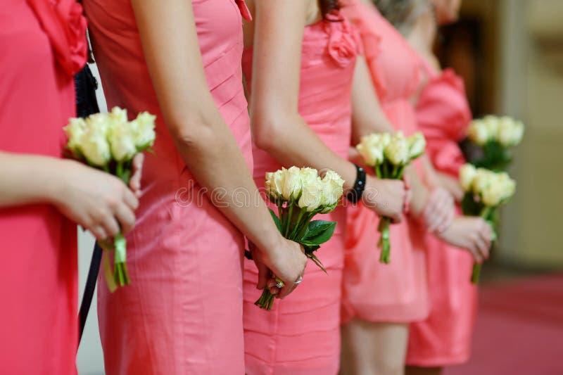 Ligne des demoiselles d'honneur avec des bouquets au mariage photos libres de droits