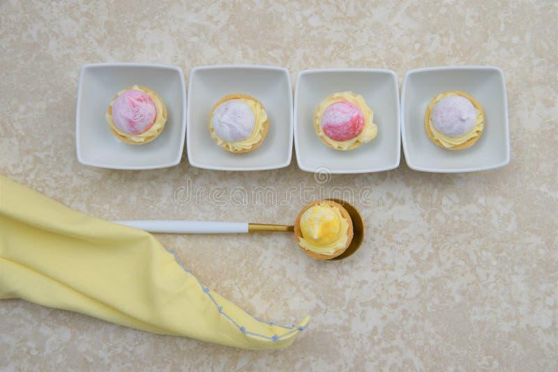 Ligne des desserts de pâtisserie de fruit d'heure d'été image stock
