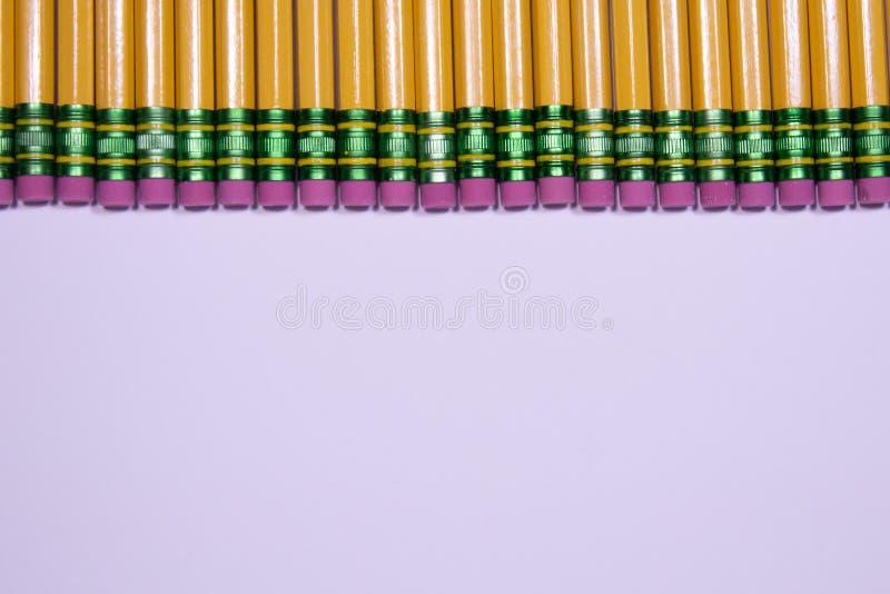 Ligne des gommes de crayon sur le fond blanc avec l'espace de copie image stock